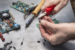 Règlage de l'astuce de condensateur avec des pinces Image stock