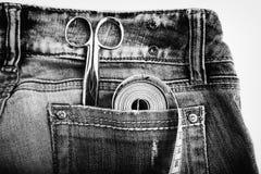 Règle de ciseaux en métal et bande de mesure dans des poches de pantalon de denim Photo libre de droits