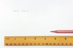 Règle de plan rapproché et crayon en bois Photo libre de droits