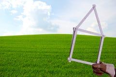 Règle de pliage devant la pelouse verte photographie stock libre de droits