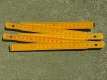 Règle de pliage en bois jaune Photographie stock libre de droits