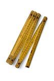 Règle de pliage en bois jaune sur un fond blanc photographie stock