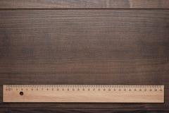 Règle en bois sur le fond en bois Photos libres de droits