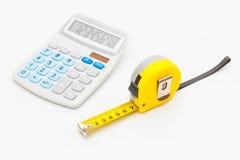 Règle et calculatrice jaunes - instruments pour la mesure et le calcul images libres de droits
