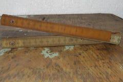 Règle présentée de bâtiment sur un fond en bois image stock