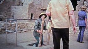 1972 : Règlement tribal indigène de logement de falaise de Mesa Verde National Park banque de vidéos
