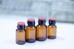 Réactif brun vide de bouteille dans le laboratoire photo libre de droits