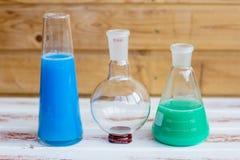 Réactifs chimiques dans des flacons en verre photo stock