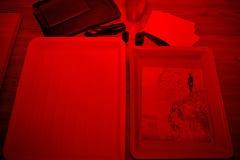 Réactifs de plateaux dans la chambre noire images stock