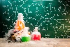 Réaction chimique rapide sur des leçons de chimie à l'école photo stock