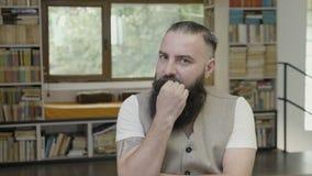 Réaction d'un jeune homme moderne avec la barbe pensant ayant des doutes et étant méfiante et effrayée - banque de vidéos