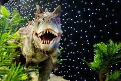 Réaliste du beau modèle de dinosaure dans le parc à thème Photographie stock libre de droits