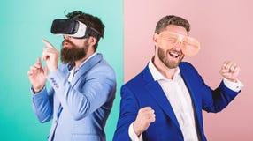 Réalité virtuelle l'explorant de hippie Technologie moderne d'instrument d'affaires Vrai amusement et alternative virtuelle Homme photographie stock libre de droits