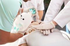 Réanimation cardio-respiratoire respirant photo stock