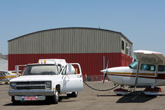 Réapprovisionnement en combustible d'un avion de Cessna Photographie stock libre de droits