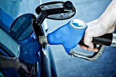 Réapprovisionnement en combustible d'un véhicule photos stock