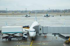 Réapprovisionnement en combustible de l'avion à l'aéroport dans Boryspil 2017 Image stock