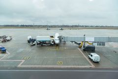 Réapprovisionnement en combustible de l'avion à l'aéroport dans Boryspil 2017 Photo stock