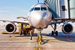 Réapprovisionnement en combustible de l'avion dans l'aéroport et préparation au vol Équipe de ciel d'Aeroflot dans l'aéroport de  Photos stock