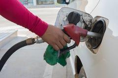 Réapprovisionnement en combustible par l'essence Images libres de droits