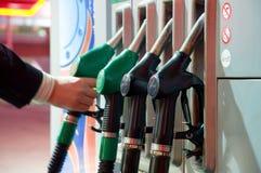 Réapprovisionnement en combustible sur la station-service Photographie stock