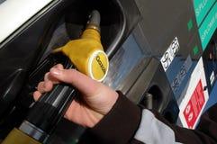 Réapprovisionnez en combustible à une station service française photo libre de droits