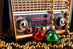 Récepteur radioélectrique dans le rétro style avec des décorations de Noël Image libre de droits