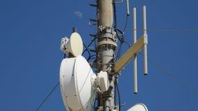 Récepteurs et lune d'émetteurs d'antennes Images stock
