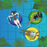 Réception au bord de la piscine, anneau en caoutchouc flottant sur l'eau avec les jeunes photo stock