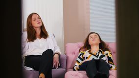 Réception au psychologue dans la clinique Deux femmes ayant une conversation Client fatigué s'étendant sur le divan banque de vidéos