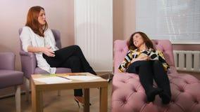 Réception au psychologue dans la clinique Le docteur écoutant les problèmes de clients Le client s'étendant sur banque de vidéos
