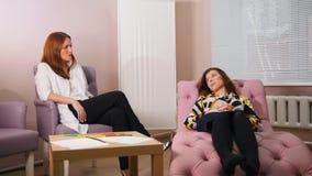 Réception au psychologue dans la clinique Le docteur écoutant les problèmes de clients Le client s'étendant sur clips vidéos
