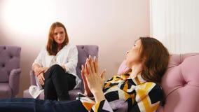 Réception au psychologue dans la clinique Le docteur écoutant les problèmes patients banque de vidéos