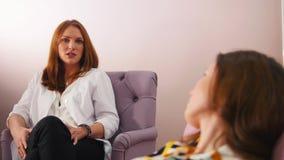 Réception au psychologue dans la clinique Le docteur ayant une conversation avec un patient banque de vidéos