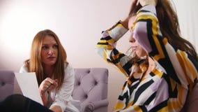 Réception au psychologue dans la clinique Le docteur ayant une conversation avec un patient Travail avec le papier banque de vidéos