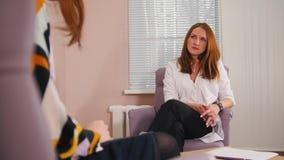 Réception au psychologue dans la clinique Les signes d'assentiment de docteur banque de vidéos