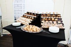 Réception avec la cuisson à la table noire photos stock