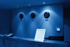 Réception avec le téléphone et l'horloge, monochromatiques Image stock