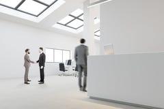 Réception blanche dans le bureau de l'espace ouvert, hommes d'affaires Images libres de droits