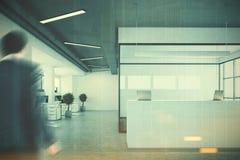 Réception blanche près d'une salle de conférence, homme Image stock