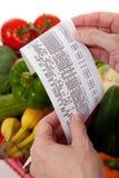 Réception d'épicerie au-dessus d'un sac des légumes photographie stock