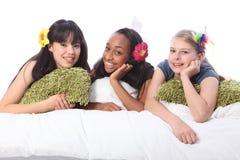Réception d'assoupissement d'adolescentes avec des accessoires de cheveu Photographie stock libre de droits