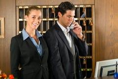 Réception dans l'hôtel - homme et femme Images stock