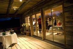 Réception dans une maison la nuit Image stock