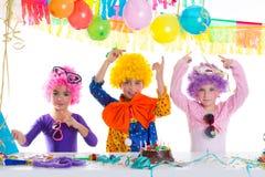 Réception de joyeux anniversaire d'enfants avec des perruques de clown Photo stock