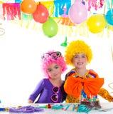 Réception de joyeux anniversaire d'enfants avec des perruques de clown Photographie stock libre de droits