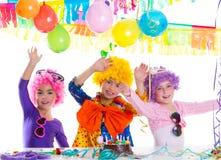 Réception de joyeux anniversaire d'enfants avec des perruques de clown Photographie stock