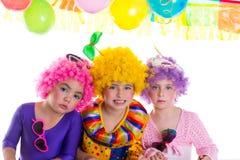 Réception de joyeux anniversaire d'enfants avec des perruques de clown Photos stock