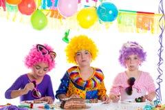 Réception de joyeux anniversaire d'enfants mangeant le gâteau de chocolat Photographie stock libre de droits