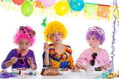 Réception de joyeux anniversaire d'enfants mangeant le gâteau de chocolat Photo stock